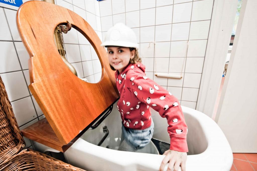Kravl igennem kæmpe toilettet og lær om vandforsyning